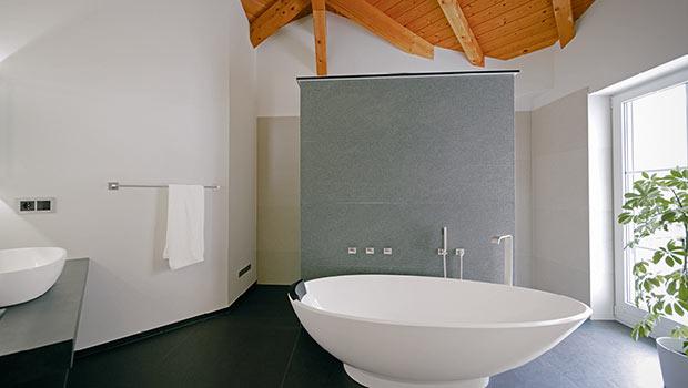 Ein großes Badezimmer mit freistehender Wanne wurde hier im Dachgeschoss realisiert.